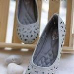 รองเท้าคัทชู ส้นแบน ทรงหัวตัดมน ดีไซน์เก๋ด้วยลวดลายฉลุสวยน่ารัก วัสดุ หนานุ่ม พื้นบุฟองน้ำอย่างดี ใส่นุ่มสบาย แมทเก๋ได้ทุกชุด สีดำ เทา ครีม ชมพู ตาล แดง น้ำเงิน