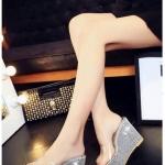 รองเท้าแฟชั่น ส้นเตารีด สวยหรู โดดเด่น ส้นประดับกากเพชรวิบวับ สวมคาดหน้า พลาสติกใสนิ่มไม่บาดเท้า เสริมส้นหน้า 2 นิ้ว ส้น 4.5 นิ้ว ใส่สวย สบาย ดูดีไฮโซ