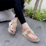รองเท้าแตะ สไตล์ฟิทฟลอบ แบบหูคีบ สวยหรู แต่งเพชรเต็มแผ่นหน้า ลาย NK สวยเก๋ พื้นหนานุ่ม Soft & Comfort ใส่สบายมาก สวยหรูได้ทุกวัน สูง 1.5 นิ้ว สีดำ น้ำตาล ทอง เทา (2150)
