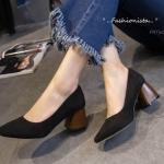 """รองเท้าคัชชู ทรงส้นใหญ่ LADY VELVET MIDDLE HEELS คอลเลคชั่นที่สาวๆ ชอบ งานเรียบหรู วัสดุหนังกำมะหยี่เนื้อหนาฟูแน่น ดีไซน์ทรงปลายโค้งมนได้รูป ส้น 2.5"""" ไม่บีบหน้าเท้า คัตติ้งเนี๊ยบ ให้คุณรู้สึกมั่นใจทุกย่างก้าว คุณภาพเทียบแบรนด์แพงๆ คู่เดียวใส่ได้ทุกงา"""