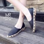 รองเท้าคัทชู ทรง slip on ที่พื้นนิ่มมาก ดีไซน์สุดเก๋ ด้านหน้าสานช่วยระบายอากาศ ได้ดี พื้นเป็นยางพาราแท้ และใช้วิธีการเย็บติด คุณภาพดี งานสวย แมทเก๋ได้ทุกชุด