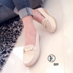 รองเท้าคัทชู ทรง loafer สไตล์สาวรักษาสุขภาพเท้า วัสดุหนังแท้แต่ราคาเบา มีความนิ่มและนุ่มสบาย ดีไซน์ที่สวยลงตัวด้วยอะไหล่เก๋ งานเย็บอย่างดีด้านหน้า พื้นยางกันลื่นมีความยืดหยุ่นหนา 1 นิ้ว ใส่ได้ตลอดวัน