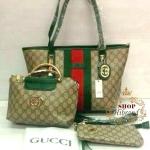 กระเป๋า Gucci เซ็ต 3 ใบ สวยหรูพรีเมียม ทรง shopping 12 นิ้ว หนังลายกุชชี่ คาดแถบสี ปากกระเป๋าซิป กับใบกลาง หูหิ้วโครเมียมทอง สีเข้าชุดสวยน่ารัก ด้านในบุอย่างดี พร้อมใบเล็กมีสายคล้องมือ สายยาวถอดได้ การ์ดและถุงผ้า