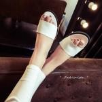 รองเท้าแตะลำลอง BASIC SIMPLY LEATHER SLIPPERS ทรงเบสิคที่ ไม่ควรพลาดวัสดุหนัง pu ดีไซน์เรียบพื้นราบ 1.5 c.m. เน้นความเรียบง่ายดูดี หนังนิ่มใส่สบายเท้า งานโชว์ขอบเย็บตะเข็บดูมีสไตล์ ใส่ลำลองดูดีมาก แบบเก๋ ใส่ได้ทุกวัน