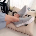 รองเท้าผ้าใบ รุ่นคลาสสิค ทรง slip on สไตล์ Vans วัสดุผ้าเดินด้ายลาย ตาราง ส้นยางสีขาวตัดเส้นสีดำ สวยเท่ห์ มีความยืดหยุ่นสูง หนา 1 นิ้ว สวมใส่ง่าย แมทได้สบายกับทุกชุด สีดำ เทา (B093)