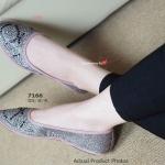 รองเท้าคัทชูทรงใหม่ Plush Glitter Flat งานหรูและสวมสบาย ที่บ่งบอกรสนิยม และความมีระดับ ด้วยดีไซน์การตกแต่งเม็ดอัญมนีบนผ้าทอกลิตเตอร์ และพื้นยาง ซิลิโคนใสเนื้ออ่อน จึงทำให้ทุกย่างก้าวเบาสบาย สีดำ ทอง ชมพู (7166)
