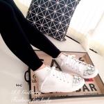 รองเท้าผ้าใบแคนวาสทรงหุ้มข้อ Style Miu Miu แบบใหม่ล่าสุด แต่งอะไหล่ เพชรที่ด้านหน้า ส้นยางกันลื่นมีความยืดหยุ่นหนา 1 นิ้ว เป็นไอเท็มเก๋ที่แมท เท่ห์ได้ทุกชุด สีขาว (9442)