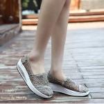 รองเท้าผ้าใบลูกไม้ งาน เพื่อสุขภาพ Style Tom ลูกไม้สวยหรู พื้นรองเท้าเพื่อ สุขภาพช่วยลดอาการปวดหลัง ไม่ทำให้ปวดเมื่อยเมื่อต้องยืนหรือเดินนานๆ วัสดุ ทำจาก ยางเกรดคุณภาพระดับพรีเมื่ยม พื้นรองเท้ารองรับน้ำหนัก กระจายน้ำหนัก ได้ทั่วเท้า สูงประมาณ 2 นิ้ว เสริม