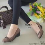 รองเท้าคัทชู ส้นเตี้ย สวยหรู ทรงหัวตัด ที่สุดของความนิ่มและใส่สบาย วัสดุ ผ้าเนื้อหนาเกรดดี ดีเทลด้านหน้าแต่งอะไหล่สีรมควัน ตัวรองเท้าเล่นลายแบบ เดินด้ายฝีจักรเนี๊ยบ ด้านในบุนวมนุ่มมาก เก็บหน้าเท้า สวย เรียบ หรู ดูแพง สูง 2 นิ้ว สีแดงเข้ม กากี