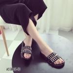 รองเท้าแตะแฟชั่น สวยเก๋เท่ห์ ทรงสวม คาดหน้าสองตอน ติดอะไหล่หมุด ิเหลี่ยมสีเงินสวยชิค พื้นยางอย่างดีรับทรงเท้า ใส่เก๋ได้ทุกวัน สีดำ ขาว