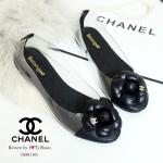 รองเท้าคัทชู ส้นแบน STYLE CHANEL ที่เห็นแล้ว Like เลย สวยหวานเรียบหรู หนังนิ่มประดับดอกคามิเลียดูน่ารักๆ ติด LOGO CC ด้านข้างเป็นพลาสติกใสนิ่ม ทรงสวย สวมใส่ง่าย จับแมทกับชุดได้หลาย style ใส่แล้วเป๊ะปัง
