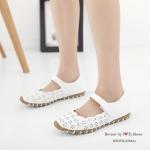 รองเท้าคัทชู ส้นแบน เพื่อสุขภาพ หนังนิ้มนิ่ม ฉลุลายเกร๋ๆ ทรงสวย สีสุภาพ ้สายปรับได้ ใส่ง่ายด้วยเมจิกเทป พื้นยางอย่างดี ใส่นิ่ม เดินสบาย แมทกับชุด อะไรก็ดูน่ารัก สีขาว ครีม แทน