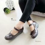 """รองเท้าคัทชูหนังนิ่ม เพื่อสุขภาพ ส้นเตารีด ประดับดอกไม้ด้านข้างเรียบเก๋ แปะเมจิกเทปปรับได้ ด้านในหนังนิ่ม ใส่สบายสุดๆ สูง 2.5"""" สีน้ำตาล"""