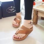 รองเท้าแตะ ลำลองแบบคีบ พื้นซอฟคอมฟอตเพื่อสุขภาพ ดีไซน์เก๋ๆ สไตล์แบรนด์ ใส่ได้ตลอด พื้นนิ่ม สูงเพียง 1.5 นิ้ว สบายๆชิวๆ สีดำ น้ำตาล