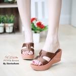 รองเท้าแฟชั่น ส้นเตารีด แบบสวม ด้านหน้าคาดผ้าซาตินรูป I สวยเรียบหรู กระชับเท้า รับน้ำหนักดี สูง 2.5 นิ้ว สีดำ ตาล น้ำเงิน แดง
