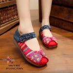 รองเท้าคัทชู flat shoes งานผ้าปักลาย สไตล์ชาวเขาสวยเก๋มาก มีลูกเล่นเย็บโชว์ ตะเข็บส่วนหัวรองเท้า พื้นรองเท้าด้านในเป็นผ้าดิบสาน มาพร้อมเมจิคเทปปรับกระ ชับเวลาสวมใส่ พื้นรองเท้าด้านนอกเป็นยางกันลื่น งานดีงานเนียน ปักลวดลายสวย เสริมส้น 1 นิ้ว ใส่สบาย สี ยีน