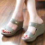 รองเท้าแฟชั่น สไตล์ลำลองแบบสวม ส้นเตารีด งานหนังพียู คาดหน้า 2 ระดับ เรียบเก๋ ติดอะไหล่จรเข้ ส้นสูงเพียง 2 นิ้ว งานสวยสวมใส่สบายมากๆ สีดำ แดง เทา
