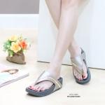 รองเท้าแตะ เพื่อสุขภาพ สไตล์ลำลอง แบบหนีบ งานหนังพียูแต่งอะไหล่สีทอง สวยหรูดูดี พื้นซอฟคอมฟอตนิ่ม เดินสบาย เสริมพื้น 1.5 นิ้ว ทรงสวยใส่สบาย สไตล์ชิลๆ