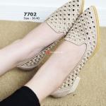 รองเท้าคัทชู Lacy Shoes สวยเก๋ ผ้าลายฉลุทั้งหวานและดูสง่า แบบส้นตัน จากไม้ค็อคสีธรรมชาติ สูงประมาณ 2 นิ้ว แมทสวยทุกชุด สครีม
