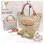 กระเป๋า Louis Vuitton ชุดเซ็ต 2 ใบ 12 นิ้ว อะไหล่ทองสวยหรู แต่งกระเป๋า หน้า ปากกระเป๋าซิป และกระเป๋ากลางเป็นกระเป๋าสะพายได้ ด้านในบุอย่าง ดี พร้อมสายยาวถอดได้และถุงผ้า