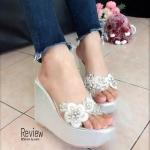 รองเท้าแฟชั่น ส้นเตารรีด สวมแบบสวยหรู คาดหน้าพลาสติกใสนิ่มอย่างดี แต่งลูกไม้ดอกไม้และคลิสตัลลายสวยเริ่ด สูง 4 นิ้ว หน้าสูง 1.5 นิ้ว สวมใส่ สบาย เดินง่าย แมทสวยได้ทุกชุด ดูหรูดูไฮ สีดำ เงิน ทอง