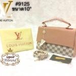 กระเป๋า Louis Vuitton 10 นิ้ว สะพายข้าง มีหูหิ้วสวยเรียบหรู ตัดสีฝาเปิด ด้านในบุอย่างดี พร้อมสายยาวถอดได้ การ์ดและถุงผ้า