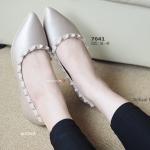 รองเท้าคัทชู Rockstud flat Shoes ทรงหัวแหลม งานก้อปสไตล์แบรนด์วาเลนติโน งานตกแต่งหมุดสวยหรู ตัวหนังมีความเงาเนื้อมุก ใส่สวยดูเก๋มีสไตล์ แมทกับชุดทำงาน และเหมาะกับทุกสถานการณ์ สีดำ ครีม