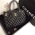 กระเป๋า Chanel 12 นิ้ว ทรง saffiano สวยหรู เดินเส้นลายตารางนูนสวย อะไหล่ทอง ปากกระเป๋า 3 ชั้น 2 ซิป ด้านในบุอย่างดี พร้อมสายยาวถอดได้ การ์ดและถุงผ้า