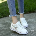 รองเท้าผ้าใบ Women's Sneaker สวยเก๋ หนัง PU อย่างดี ดีเทลปักลายผีเสื้อ สดใสด้านข้าง รูปทรงเพรียวกระชับ พื้นรองเท้ารับน้ำหนักได้ดีเยี่ยม แมทช์กับ อะไรก็ดูดี ดู chic มากๆ ใส่ได้กับ Everyday Look กับเสื้อผ้าทุกสไตล์ สีขาว ดำ ชมพู สูงหน้า 2.5 ซม. ส้นสูง