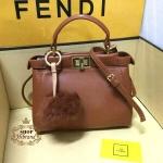 กระเป๋า Fendi Peekaboo 8 นิ้ว mini น่ารักไฮโซ หนังเรียบเนียนสวย ด้านในบุอย่างดี พร้อมสายสะพายยาวถอดได้ การ์ดและถุงผ้า (ไม่รวมพวงกุญแจปอมปอมค่ะ)