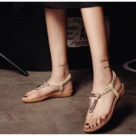 รองเท้าแตะ รัดส้น แบบลำลองหูหนีบสวยเก๋ งานเย็บพื้นบุนวมนิ่มหนา 1 นิ้ว แต่งอะไหล่ด้านหน้า ฟรุ้งฟริ้ง น่ารักมากๆ ใส่แล้วนิ่มสบายเท้า จะใส่ลำลอง เดินเล่นชิวๆ ก็ได้หมด