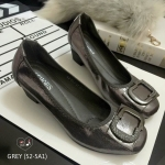 รองเท้าคัชชู สไตล์เรียบหรู ตัวรองเท้าบุผ้าเงาเมทัลลิค แต่งโครเมียมด้านหน้า ขอบเป็นยางยืดเนื้อนุ่ม ยืดหยุ่นใส่แล้วกระชับเท้า พื้นบุนวมนิ่ม ส้นสูง 2 นิ้ว ใส่สบาย สวยดูดีได้ทุกลุค