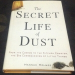 The Secret Life of Dust: From the Cosmos to the Kitchen Counter, the Big Consequences of Little Things by Hannah Holmes ราคา 430