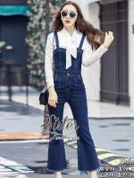 2Sister made, White Unity Vintage Lady Jeans & Lace เซ็ตเสื้อ+เอี้ยมกางเกงยีนส์ใส่เข้าชุดกัน ตัวเสื้อผ้าลูกไม้สีขาว แขนยาว ช่วงคอแต่งผ้าผูกโบว์กับกางเกงเอี้ยมขายาว ผ้าเดนิมสีเข้ม แต่งกระเป๋า