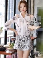 Sevy Two Pieces Of Glitter Ribbon Neck Long Sleeve Shirt With Lace Embroidered Shorts Sets Type: Top + Shorts (Sets) Fabric: Top(Chiffon) + Shorts(Lace+Polyester) Detail: Sets เสื้อเชิ้ตแขนยาวคอประดับผูกเป็นโบว์ช่วงอก แต่งผ้าคล้ายกากเพชรประดับลายเรียงรายท