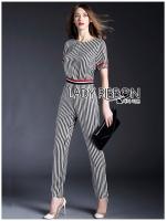 Lady Aria Sporty Minimal Striped Jumpsuit จัมป์สูทขายาวลายทางขาว-ดำสไตล์สปอร์ต ลุคนี้เป็นแนวมินิมัลผสมผสานแนวมปอร์ตด้วยการตกแต่งผ้ายืดแถบลายทางที่เอว และผ้าสีแดงที่แขน ช่วงตัวชุดเป็นผ้าลายทางยาวสีขาว-ดำ ทรงชุดแขนสั้น ใส่แล้วดูสูงมากๆ เหมาะกับใส่ไปทำงานเก๋