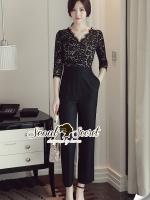 จั้มสูทกางเกงขายาวโทนสีดำ เสริมความสวยด้วยเนื้อผ้าลูกไม้ที่ช่วงตัวเสื้อ ช่วงกางเกงเนื้อผ้า Viscose ทรงสวย
