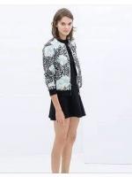 เสื้อคลุมพิมพ์ลายดอกไม้สีฟ้า และกราฟลายขาวดำคอวี กุ้นขอบเสื้อ ซิปสั้นด้านหน้า ....สีเดียวตามแบบค่ะ